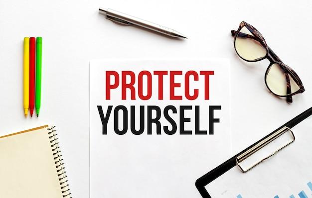 Pappteller, brille, notizblock, stift. geschäftskonzept. text schützen sie sich