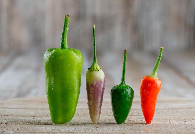 Paprika auf holz und schneidebrett.