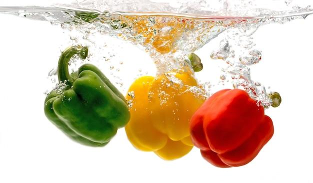 Paprika fällt ins wasser sieht so frisch aus.