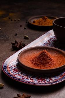 Paprika in einer keramikschale Premium Fotos