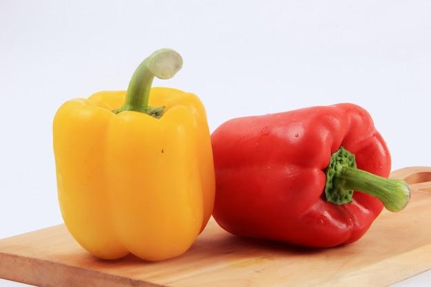 Paprika mit einem weißen hintergrund