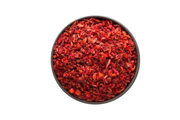 Paprika-pulver in tonschale isoliert. gewürz oder gewürz draufsicht