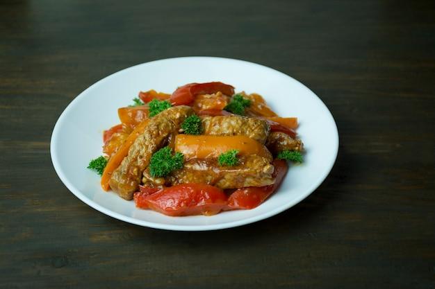 Paprika und fleischsalat. bunter salat. dunkle oberfläche.