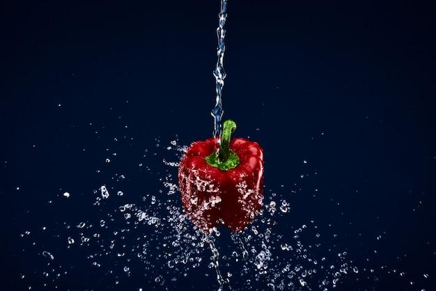 Paprika wird gewaschen gemüsesalat kochen.