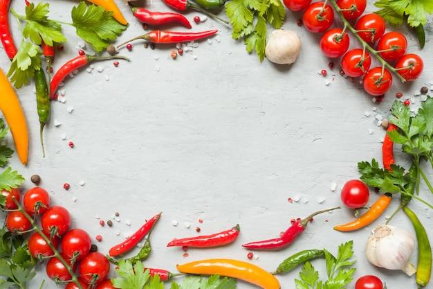 Paprikapfeffer mehrfarbig, tomatenkirsche auf niederlassung, knoblauch und anderen gewürzen