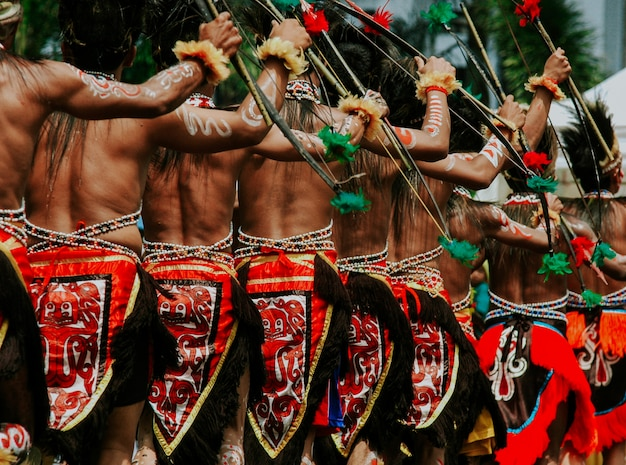 Papua-männer, die traditionelles tuch verwenden
