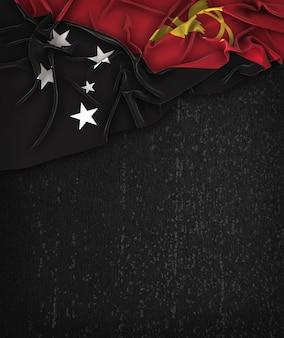 Papua-neuguinea-flagge weinlese auf einer grunge-schwarzen tafel mit raum für text