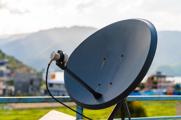 Parabolische parabolantenne für den haushalt für tv-kanäle und internet, stock-foto