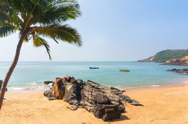 Paradiesstrand in gokarna, indien. schöne einsame landschaft mit sauberem sand und welle. blick vom meer zum ufer.