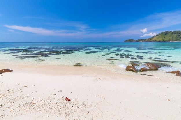 Paradiesstrand und der blaue himmel in khai-insel in satun-provinz, thailand