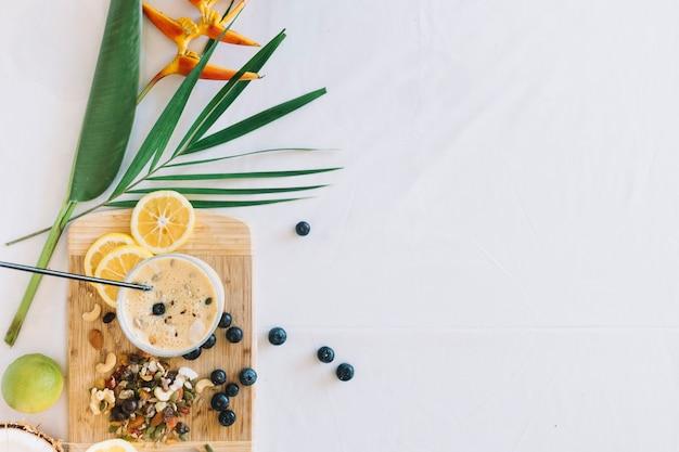 Paradiesvogel blume mit gesunden smoothies mit dryfruits auf weißem hintergrund