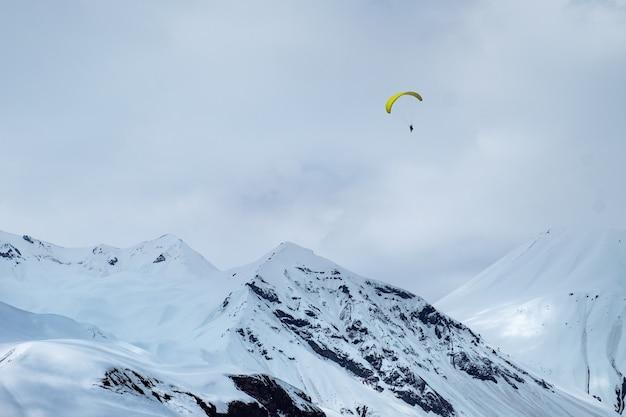 Paragliding über berge nahe gudauri, georgia
