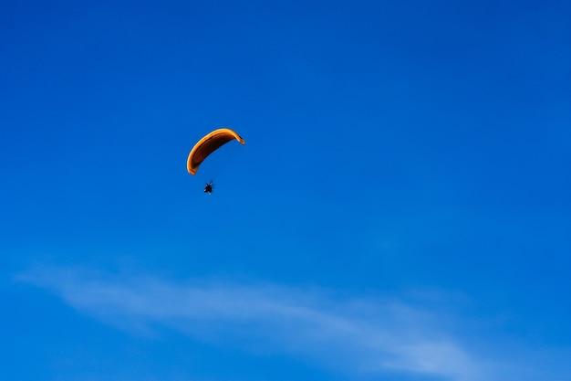 Paramotor fliegt auf dem blauen himmel