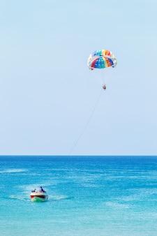 Parasail-flügel von einem boot gezogen. parasailing.