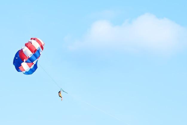 Parasailing am klaren himmel am sommertag