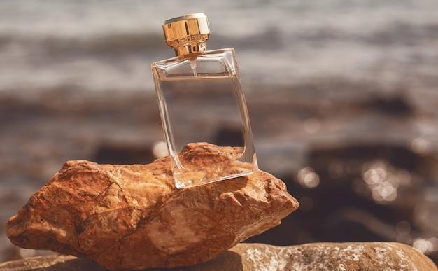 Parfüm auf einem stein