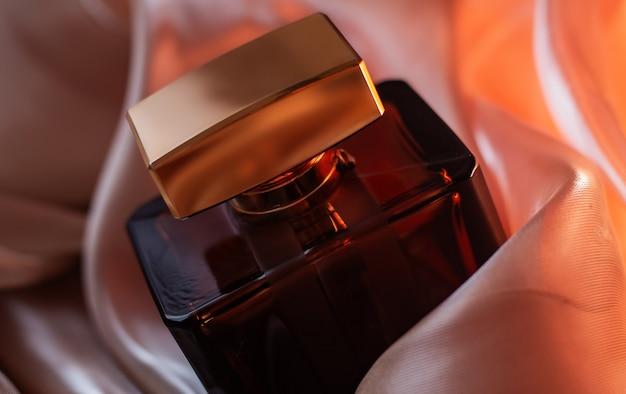Parfüm gegen einen rosa stoff