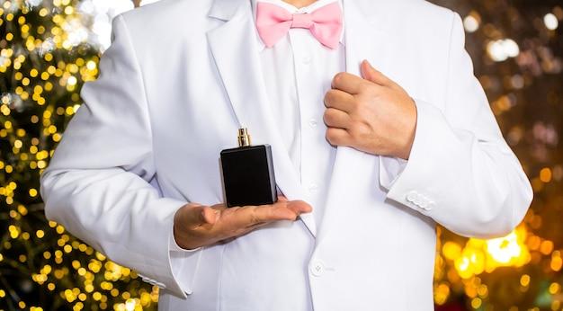Parfüm- oder kölnischwasserflasche. fashion köln flasche. duftgeruch. männlicher duft, parfümerie, kosmetik. parfüm riechen. teurer anzug. reicher mann bevorzugt teuren duftgeruch. mann duft parfüm.