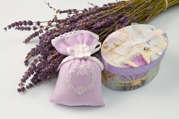 Parfüm-tasche mit lavendel-parfüm