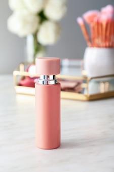 Parfüm und dekorative kosmetik auf dem tisch Premium Fotos