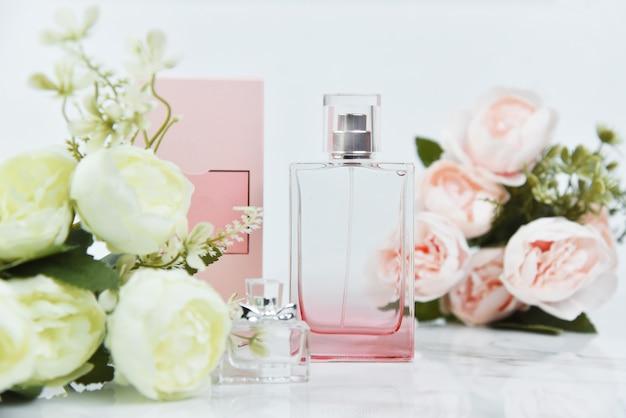 Parfümflasche mit frischen blumen