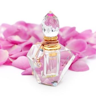 Parfümflasche mit halskette unter blumenblumenblättern. parfümerie, kosmetik, duftkollektion