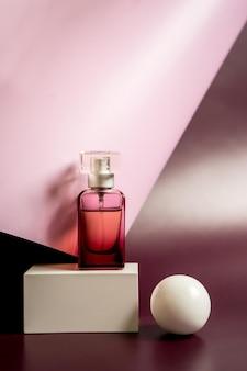 Parfümflasche mit orchideenblüten. parfümerie kosmetik toilettenwasser duftkollektion. foto in hoher qualität