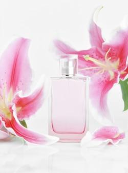 Parfümflasche mit rosa lilienblüten