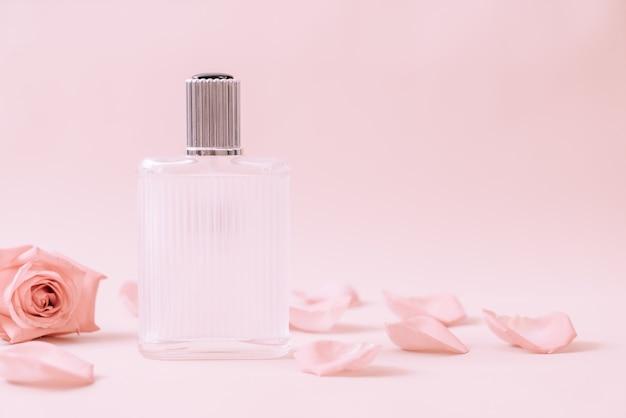 Parfümflasche mit rosenblättern