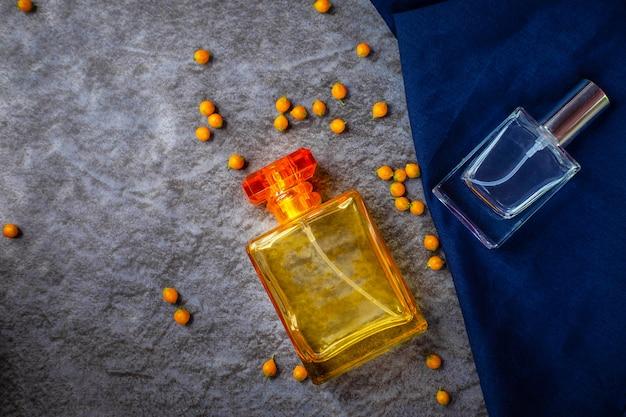 Parfümflaschen auf neutralem hintergrund