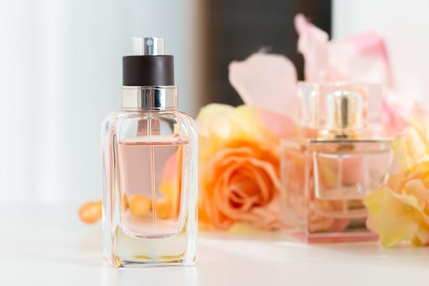 Parfümflaschen mit blumen
