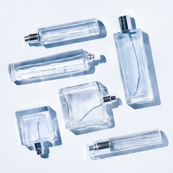 Parfümflaschen von hellblauer farbe. flatlay-stillleben im stil des minimalismus auf hintergrund, schönheit und mode, quadratischer rahmen.