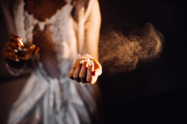 Parfümspray über der hand der frau
