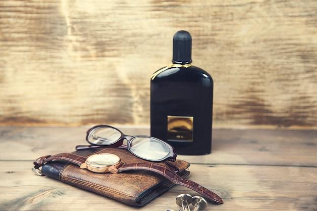 Parfum, uhr, brieftasche und brille
