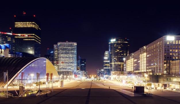 Paris geschäftsviertel in der nacht