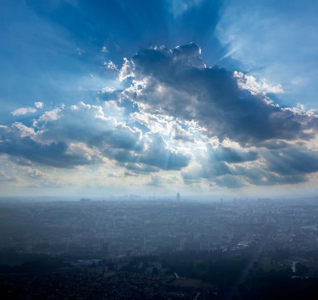 Paris luftbild am nebligen tag und eiffelturm