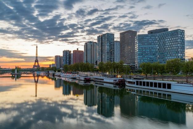 Paris-skyline mit eiffelturm im hintergrund in paris, frankreich.