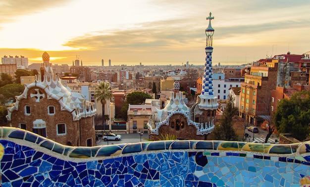 Park güell barcelona bei sonnenaufgang. selektiver fokus.