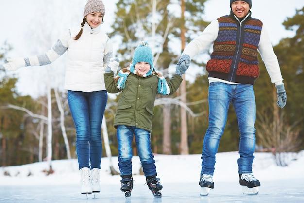 Park hübschen sohn schnee familie