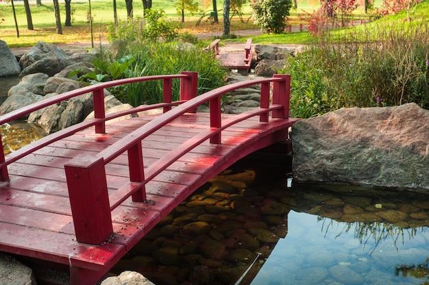 Park im japanischen stil mit roter brücke