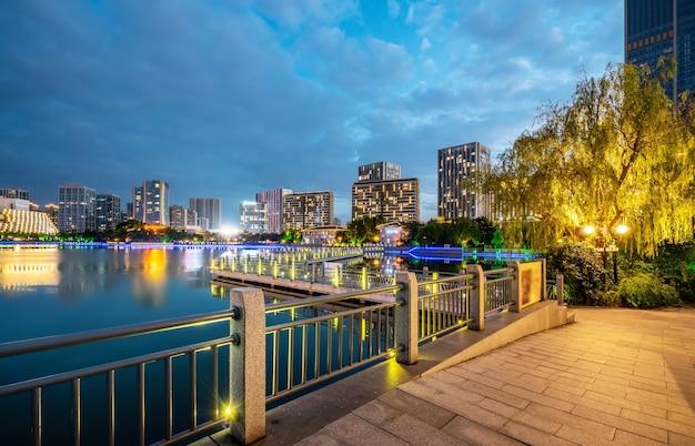 Park see und moderne stadtarchitektur landschaft nachtansicht