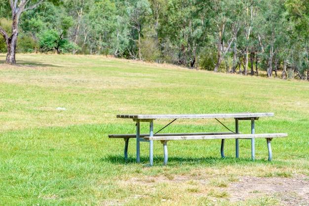 Park tische und bänke auf dem rasen