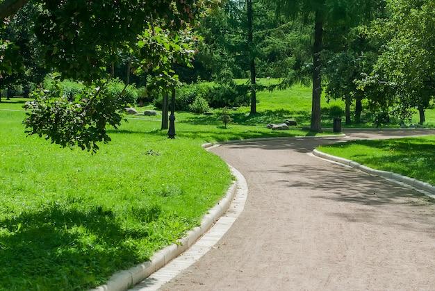 Parkbank und gasse im park draußen
