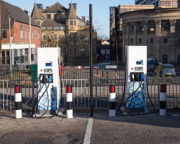 Parken für elektrofahrzeuge in der stadt