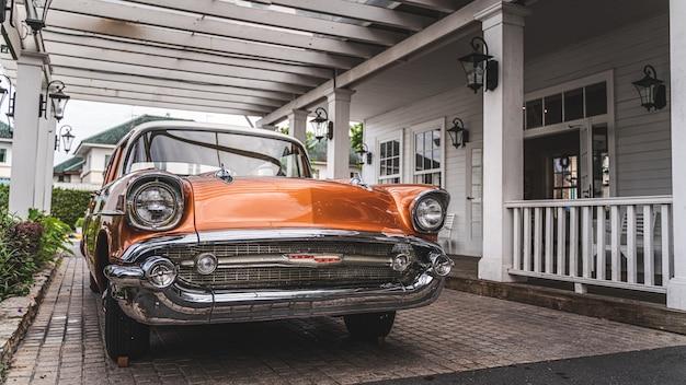 Parkendes altes orange auto