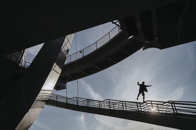 Parkour-athlet riskiert, dass sein eigenes leben einen tödlichen stunt ausführt.