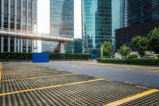 Parkplatz des finanzviertels von shanghai und bürogebäude für städtische moderne architektur
