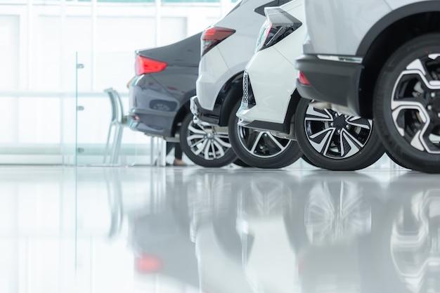 Parkplatz für autohändler. reihen von brandneuen fahrzeugen erwarten neue besitzer.