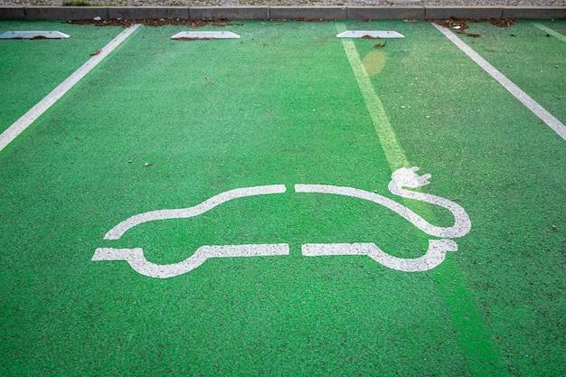 Parkplatz zum laden von elektroautos