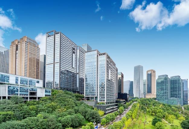 Parks und dichte moderne gebäude, jiangbei new city, chongqing, china.